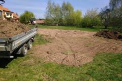 rozvoz hlíny po pozemku