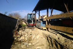práce na hromadě kamenů